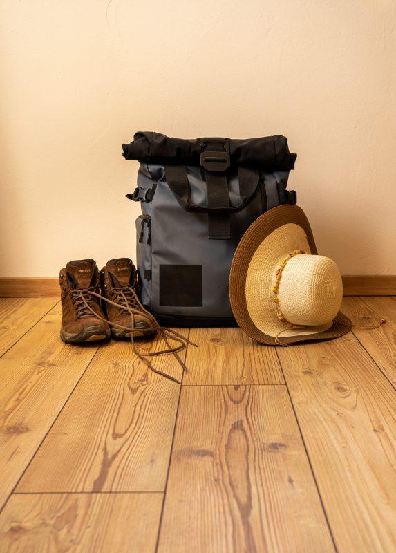 Rucksack, Stiefel und Sonnenschutz